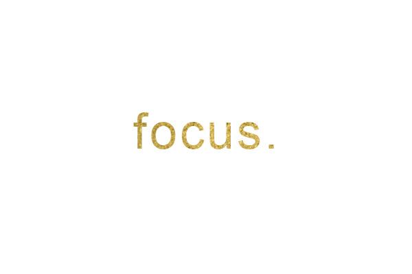 Das Wort Fokus in goldener Glitzerschrift. Mein Wort für 2017. ZENtreasures.de
