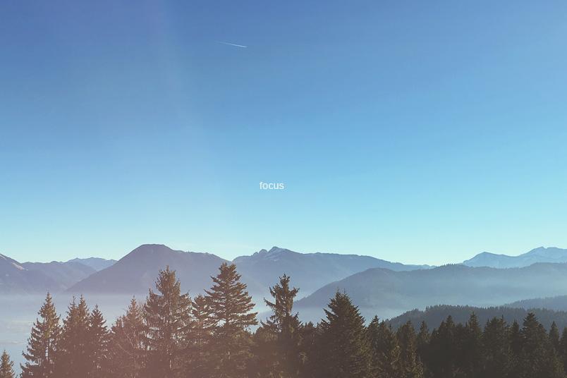 Bild mit Bergen und dem HImmel. Das Wort Fokus steht in der Mitte. Gehört zum Blogbeitrag Fokus. Mein Wort für 2017. ZENtreasures.de